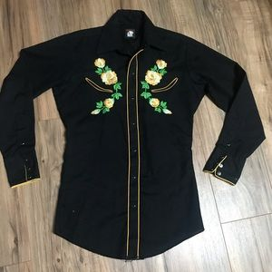 Insanely gorgeous embroidered snap button down
